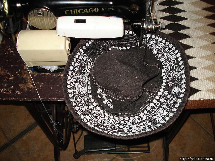 Такие шляпки вышивают на глазах гостей прямо в холле