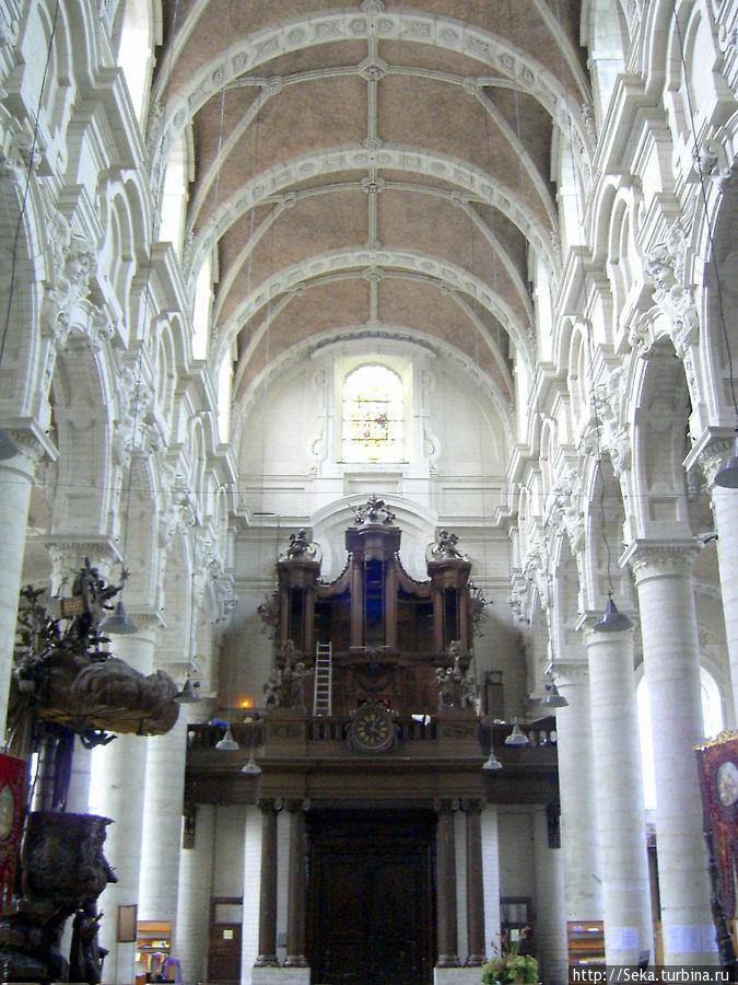 Деревянная кафедра XVIII века — слева