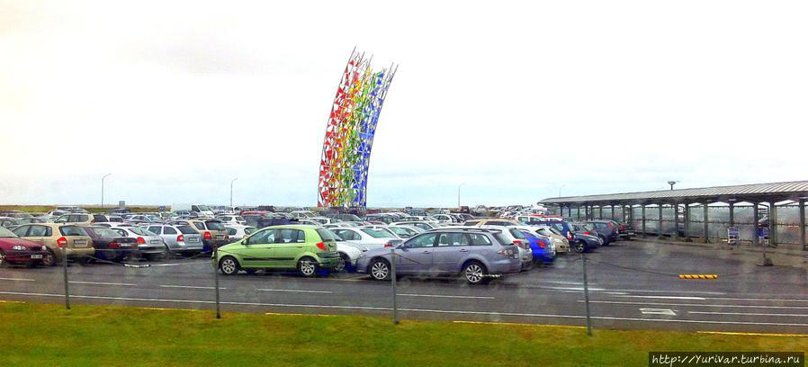 Автомобили напрокат стоят прямо у порога аэропорта Кефлавик