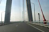 Мост  через пролив Босфор Восточный. Впереди остров Русский.