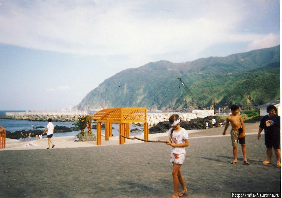 На пляже. Игра- нужно разбить с завязанными глазами арбуз, разумеется, если запомнил, где он находится. Наши друзья.