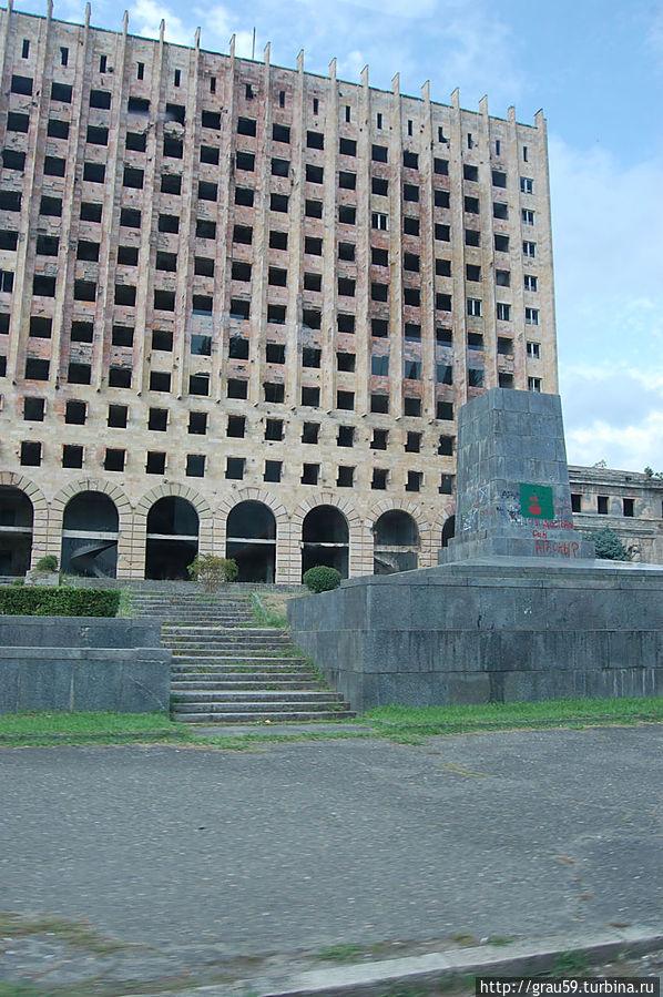 Сгоревшее здание Правительства Абхазии. На переднем плане постамент от памятника Ленину
