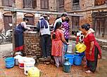 Основной массе  жителей приходится ходить за водой к большим круглым колодцам, у которых толпятся в основном женщины