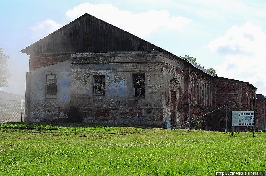 Сразу видно полуразрушенное здание мызы, оно сейчас реставрируется