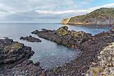 Каменистые пляжи в этой части острова. Существуют и полноценные пляжи с чёрным песком, а там, где камни — устраивают