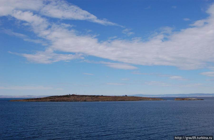 Слева — большой остров Святого Ивана, справа — маленький остров Святого Петра