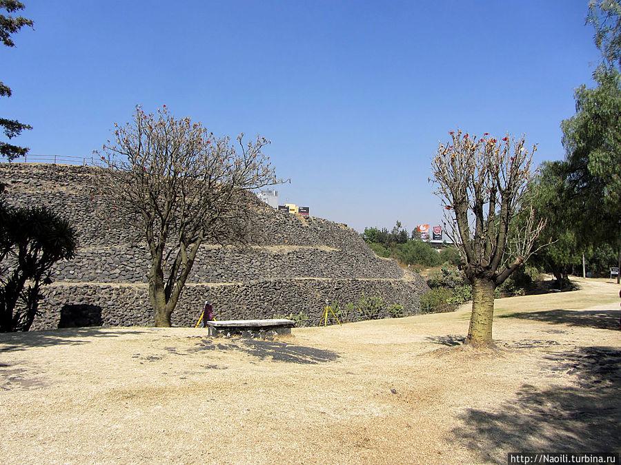 С другой стороны круглая пирамида имеет явно выраженные уровни.