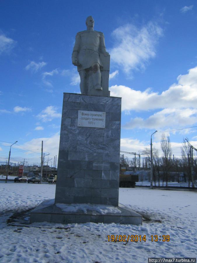 Надпись на монументе гласит: Воину строителю- солдату труженику.