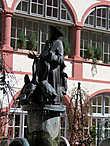 Статуя во дворе епископского дворца, которая символизирует двуличность всех священников. Спереди священник — добропорядочный и богомольный человек, добряк, буквально друг всей живности.