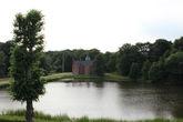 А я, наконец, выяснила что это за строение в уютном уголке парка на отдалении от основного ансамбля.  Маленький замок – Badstueslottet – королевский охотничий домик, построенный еще Фредериком II. Позади него можно обнаружить дубраву, посаженную в 18 веке специально в качестве источника материала для королевского флота.