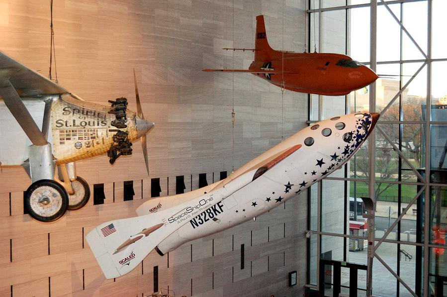 SpaceShipOne, а на заднем плане — экспериментальный ракетный самолет X-1, на котором летчик Чак Игер в 1947-м году впервые превысил скорость звука.
