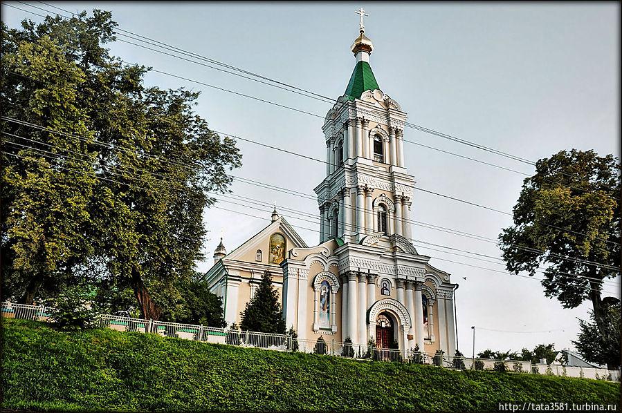 Надвратная колокольня Богоявленского монастыря в стиле позднего барокко. Кременец, Украина