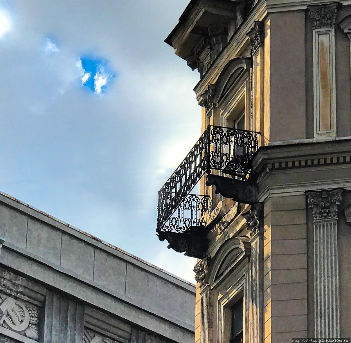 Так в культурной столице, видимо, борются с табакокурением, вареньехранением и воздуходышанием заодно. Санкт-Петербург, Россия