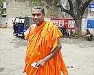 А вот у буддистского монаха, не знаю, каким ветром его занесло в Тринкомали, цвет одежды традиционно оранжевый