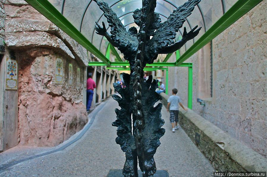 ангелы зубчатых гор приветствуют посетителей монастыря