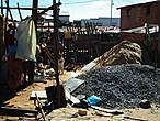 Уголь, песок, глина, дерево .... — главные материалы Мадагаскара. Об этом чуть позже. На этом фото — типичный дворик Антананариву. Тут проходит вся жизнь жителей этого домика столицы страны.