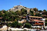 Сегодня  жители городка  ходят по мощеным  улочкам и  живут в домах, построенных  внутри  античных  сооружений,  которым  более 1500 лет.