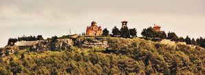 Холм Црквине. В 2000 году здесь был перезахоронен выдающийся сербский поэт и дипломат Йован Дучич, который проживал в Америке и в 1943 году там умер, но завещал похоронить себя на родине. Здесь же на холме находится православный храм Благовещения Пресвятой Богородицы, который известен как Херцеговачка Грачаница. Он является уменьшенной копией монастыря Грачаница в Косово. У здания монастыря вымощена большая смотровая площадка, с которой открывается великолепный вид на все окрестности города....  Самое туристическое место города.