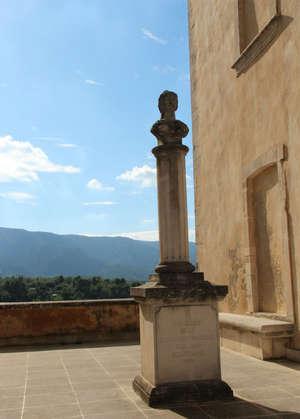 Перед нами памятник двухсотлетию Французской революции