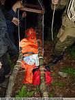 транспортировка тела на специальной лебедке через реку