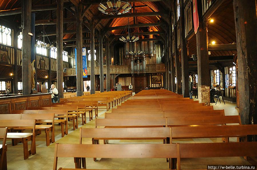 Старый орган, расположенный изначально во внушительном шкафе, установленном в начале 17 века на трибуне, был реконструирован в 1772 году руанским мастером Жаном-Батистом Лефебвром. Орган претерпел 6 реставраций, последняя была проведена в 1953 году после наводнения 1952 года, когда механизм вышел из строя и многочисленные трубы замолчали. Сегодня в органе установлено тридцать пять регистров, разделенных на три клавиатуры.