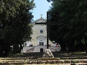 На холме высится капуцинерский монастырь (Convento dei Cappuccini, 1619г.).