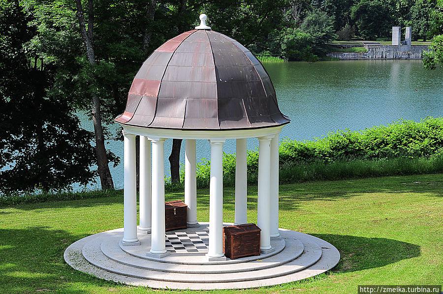 Беседка на берегу озера, построена уже в 21 веке. Сундуки закрыты, но, думаю, что там шахматы. Вокруг беседки небольшой амфитеатр, она находится в низине.
