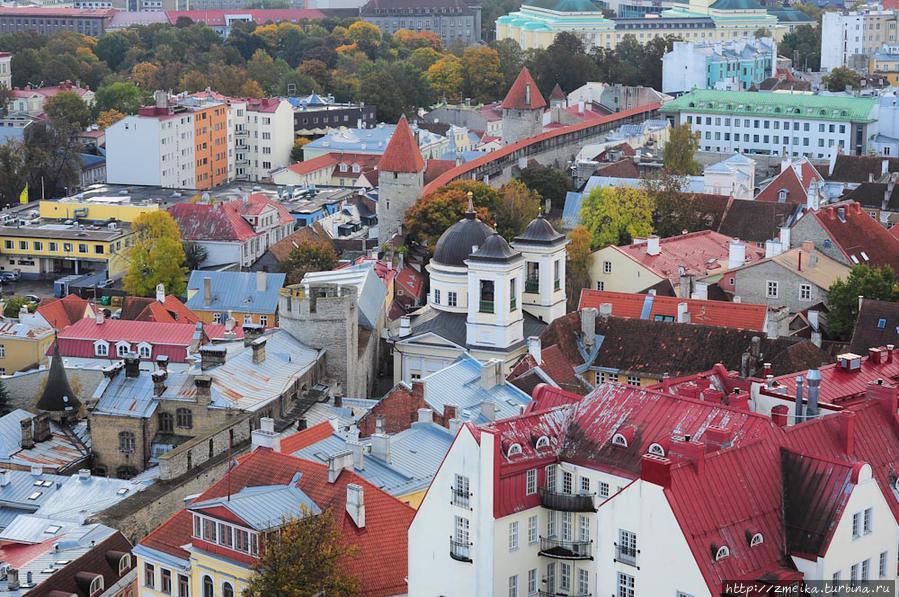 Оглянемся разок влево, тут можно увидеть еще одно популярное туристическое место — обзорную площадку на городской стене.