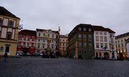 Площадь Овощной рынок.   Второй дом на фото слева, розоватый, занимает экспериментальный театр с соответствующим названием Гусь на верёвочке
