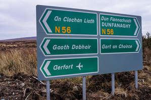 Дорожные указатели. Обратите внимание, только один из пяти продублирован по-английски. Ибо гэлтахт, тут ирландский язык рулит.