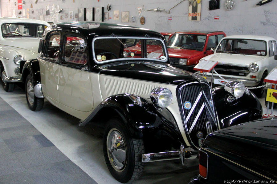 Ситроен Трэкшн Авант. Выпускался с 1934 года по 1957 год. Это первый в мире переднеприводный серийный автомобиль. Его максимальная скорость 100 км/ч.