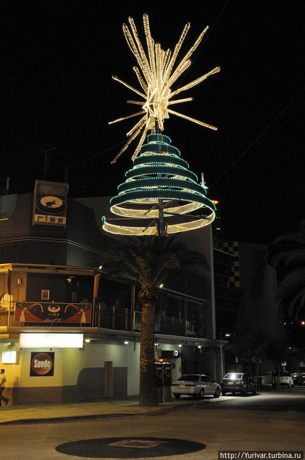 Новогодняя елка на одной из улиц Перта Маргарет-Ривер, Австралия