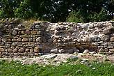 Кладка крепостной стены основательно раскурочена и подрыта