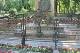 На ограде памятника много нот, но они тут не просто так. Это увертюра Глинки — Камаринская.