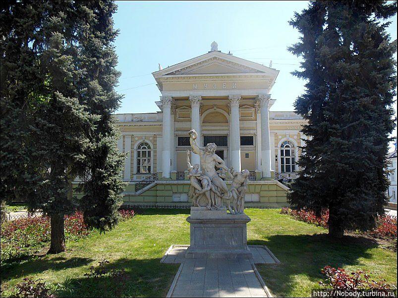 Археологический музей и копия знаменитой скульптуры