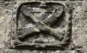Герб на бывшем монастыре Св. Доминика. Сейчас здесь всемирно известный Научный центр Этторе Майорана