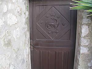 Даже двери  с печатью искусства.