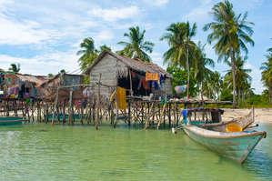 Чтобы запастись одеждой и едой цыганам нужно время от времени покидать свою морскую обитель.