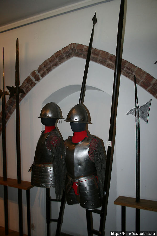 На выставке собраны все виды европейского средневекового оружия и лат