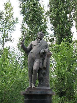 Памятник Пушкину на набережной.