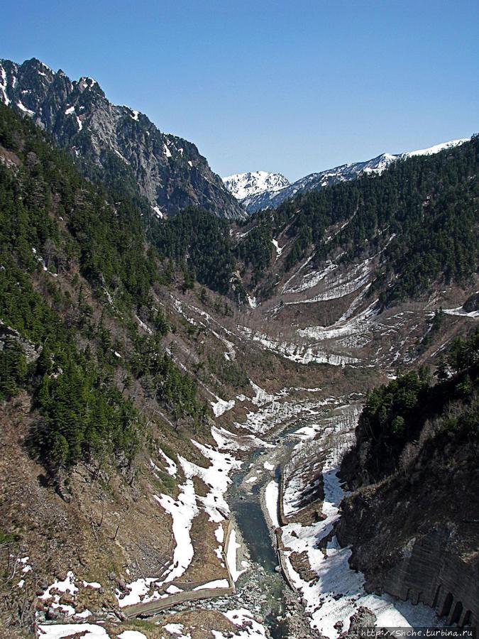 а по камушкам убегает обузданная Куробе-река