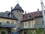 Дома пристроеные к крепостной стене. Башня 13го века