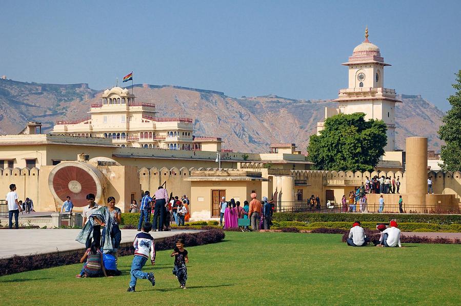 Вид на крепость Нахаргарх из обсерватории Джантар-Мантар. Слева там, по-моему, даже виден серпантин, ведущий из города наверх