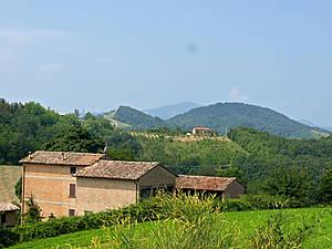 А рядом с церквями только небольшие деревушки в несколько домов. Причем домики совсем не ветхие, а очень даже зажиточные.