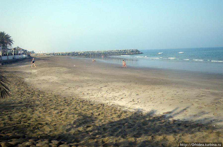 собственный пляж, ограниченный каменными валами