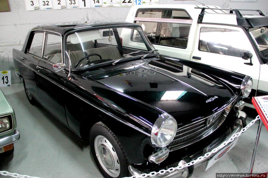 Пежо 404. Выпускался во Франции в период с 1960 по 1975 гг. Автомобиль был очень популярен у таксистов за свою прочность при разумной цене.