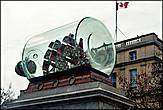 Самая большая модель корабля в бутылке установлена на площаде.   Бутылка длиной в 5 метров и диаметром в 2,8 метра.   Внутри помещен макет флагманского корабля адмирала Нельсона «Виктори»