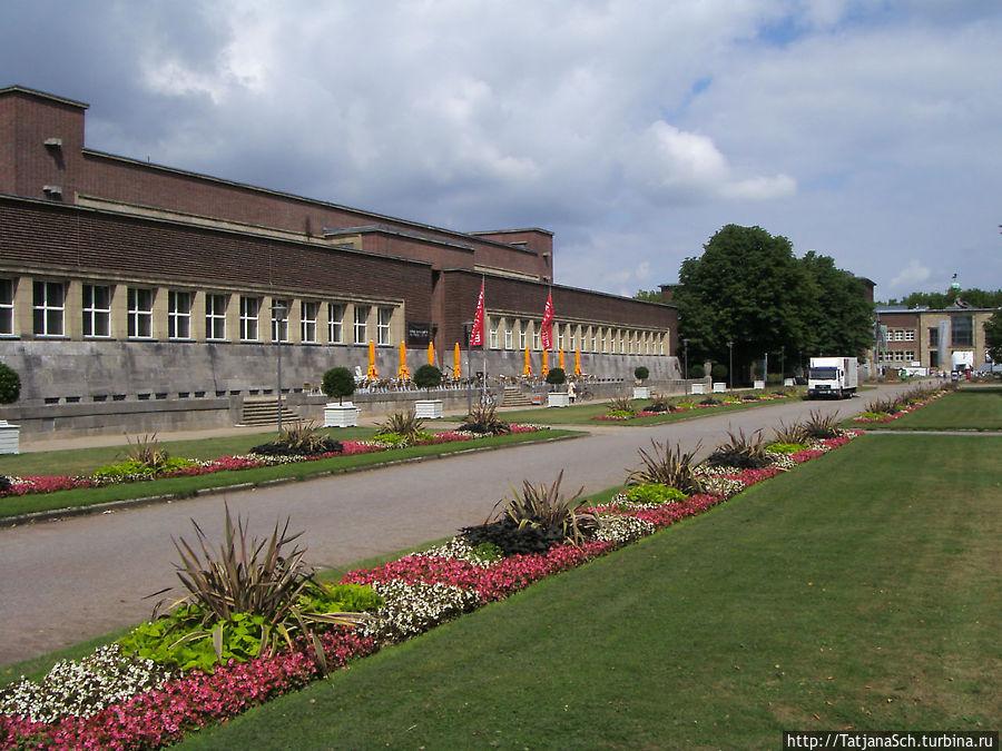 Тонхалле – Зал звуков – концертный зал Дюссельдорфа, бывший планетарий, архитектурное сооружение стиля кирпичный экспрессионизм, построено в 1926 году. В музейном комплексе Эренхоф
