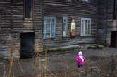 Многие жители города живут в бараках и строениях, мало напоминающих дом. Очень печально наблюдать за детьми живущими в таком