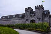 Здание бывшей тюрьмы. Зелёно-жёлтый флаг это флаг графства Оффали.